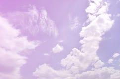 Molde bonito do fundo do céu azul com algum espaço para a mensagem de texto da entrada abaixo isolada no azul fotografia de stock