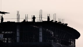Molde concreto puesto trabajador en emplazamiento de la obra almacen de video