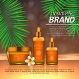 Molde cosmético do projeto do sunblock do verão no fundo alaranjado abstrato com folhas de palmeira exóticas Proteção e sunsc rea Foto de Stock Royalty Free