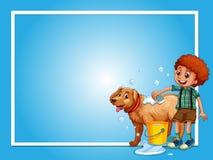 Molde da beira com o cão de lavagem do menino fotos de stock royalty free