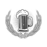 Molde da etiqueta da cerveja Caneca de cerveja na grinalda do trigo com lúpulo ilustração royalty free