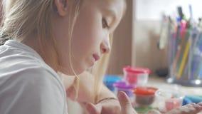 Molde da menina da argila Criança esculpida da argila na casa filme