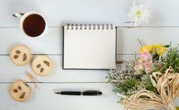 Molde da nota do cumprimento da placa do dia do ` s das mulheres com chá, cookies e flores Fotos de Stock Royalty Free
