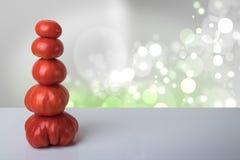 Molde da receita Tomates vermelhos frescos maduros empilhados como uma torre na imagem de stock