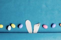 Molde da vista superior com orelhas do coelhinho da Páscoa e ovos do colorfull imagens de stock royalty free