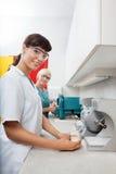 Molde de Holding Dental Plaster del dentista con el ayudante Imágenes de archivo libres de regalías