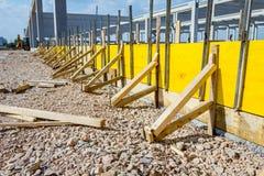 Molde de madeira longo para o derramamento concreto com muitos suportes laterais foto de stock royalty free