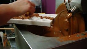 Molde del relleno del trabajador con el chocolate derretido metrajes