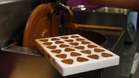 Molde del relleno del trabajador con el chocolate derretido almacen de metraje de vídeo