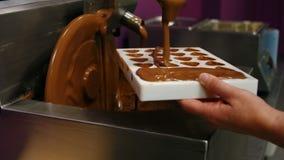 Molde del relleno del trabajador con el chocolate derretido almacen de video