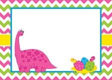 Molde do cartão do vetor com um dinossauro bonito dos desenhos animados no fundo de Chevron Imagem de Stock Royalty Free