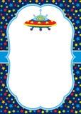 Molde do cartão do vetor com um estrangeiro e um UFO bonitos no fundo das estrelas ilustração do vetor