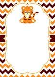Molde do cartão do vetor com um tigre de bebê bonito no fundo de Chevron Fotografia de Stock