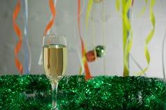 Molde do cartão do Natal e do ano novo feito do ouropel dourado e verde com as bolas vermelhas do Natal, fita vermelha, vela alar imagem de stock