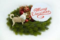 Molde do cartão do Natal no branco Árvore de Natal, placa com texto sobre Imagem de Stock
