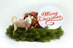 Molde do cartão do Natal no branco Árvore de Natal, placa com texto sobre Imagens de Stock