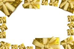 Molde do fundo da época natalícia com caixas de presente douradas Imagem de Stock