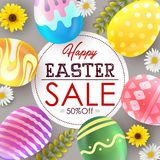 Molde do fundo da bandeira da venda da Páscoa com as flores e os ovos coloridos bonitos Fotografia de Stock