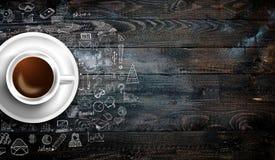 Molde do fundo de Infograph com um café fresco na tabela de madeira real Fotos de Stock Royalty Free