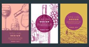Molde do projeto da etiqueta do vinho A ilustração do vetor do esboço da garrafa, o vidro, as uvas e o vinhedo colocam FUNDOS AJU ilustração royalty free
