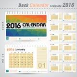 Molde do projeto do vetor do calendário de mesa 2016 com fundo colorido do teste padrão do sumário do triângulo Fotos de Stock