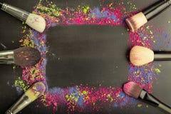 Molde do quadro da composição com as escovas da composição no fundo preto Imagem de Stock Royalty Free