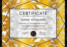 Molde dourado do vetor do certificado Teste padrão geométrico do triângulo preto com quadro da beira ilustração royalty free