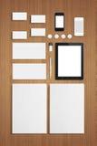 Molde incorporado da identificação dos artigos de papelaria vazios no fundo de madeira Fotos de Stock