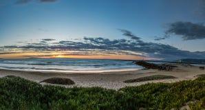 Molde ligero de oro sobre la orilla de California en la oscuridad fotos de archivo