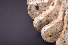 Molde no pão posto sobre a tabela de pedra preta Vista superior fotografia de stock