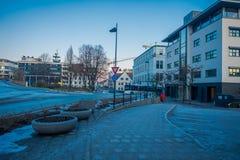 MOLDE NORGE - APRIL 04, 2018: Ursnygg sikt av byggnader och typiska gator av Molde, Norge Skandinavisk stil av Royaltyfri Bild