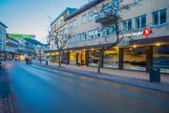 MOLDE NORGE - APRIL 04, 2018: Ursnygg sikt av byggnader och typiska gator av Molde, Norge Skandinavisk stil av Royaltyfria Bilder