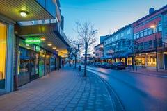 MOLDE NORGE - APRIL 04, 2018: Ursnygg sikt av byggnader och typiska gator av Molde, Norge Skandinavisk stil av Royaltyfri Foto