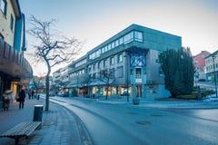 MOLDE NORGE - APRIL 04, 2018: Utomhus- sikt av byggnader på gator av Molde, Norge Skandinavisk stil av Fotografering för Bildbyråer