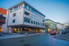 MOLDE NORGE - APRIL 04, 2018: Utomhus- sikt av byggnader på gator av Molde, Norge Skandinavisk stil av Royaltyfria Bilder
