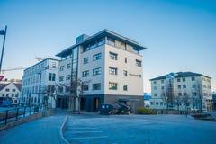MOLDE NORGE - APRIL 04, 2018: Utomhus- sikt av byggnader på gator av Molde, Norge Skandinavisk stil av Arkivfoton