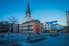 MOLDE NORGE - APRIL 04, 2018: Utomhus- sikt av den Molde domkyrkan i Norge Domkyrkan lokaliseras i staden av Arkivbilder
