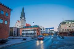 MOLDE NORGE - APRIL 04, 2018: Utomhus- sikt av den Molde domkyrkan i Norge Domkyrkan lokaliseras i staden av Arkivbild