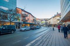 MOLDE NORGE - APRIL 04, 2018: Utomhus- sikt av oidentifierat folk som går i streesna av Molde, Norge scandinavian Fotografering för Bildbyråer