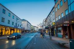 MOLDE NORGE - APRIL 04, 2018: Utomhus- sikt av oidentifierat folk som går i streesna av Molde, Norge scandinavian Royaltyfri Fotografi