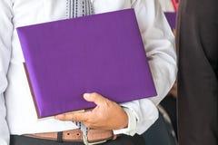 Molde vazio do certificado com tampa de seda roxa de alta qualidade Fotos de Stock