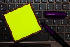 Molde vazio do negócio para a disposição para o teclado de papel amarelo do comprovante do cartaz da promoção do cartão do convit imagem de stock royalty free