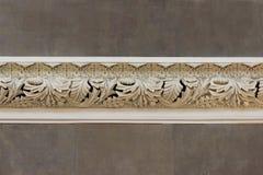 moldeado beige hermoso de la decoración artsy en la pared de hojas dentro de la catedral fotos de archivo