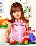 Moldeado del niño del plasticine. fotografía de archivo libre de regalías