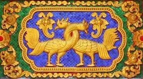 Moldeado tailandés tradicional del arte del estilo del pájaro del cuento de hadas imagen de archivo