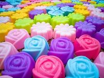 Moldes de la hornada del silicón, flores coloridas Colorido del silicón MES imágenes de archivo libres de regalías