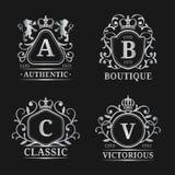 Moldes do logotipo do monograma do vetor Projeto de letras luxuoso Caráteres graciosos do vintage com ilustração da coroa e dos l Fotografia de Stock