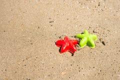 moldes Estrella de mar-formados en la arena fotos de archivo