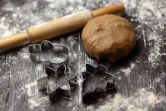 Moldes para cookies de cozimento do feriado Árvore de Natal, floco de neve, sno foto de stock
