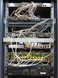 06 12 2016, Moldova, Chisinau: Cremalheira do servidor com remendo co do Internet Foto de Stock Royalty Free